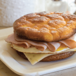 Keto kanapka z szynką, jajkiem i serem