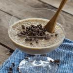 Domowy budyń z masłem orzechowym i ziarnami kakaowca